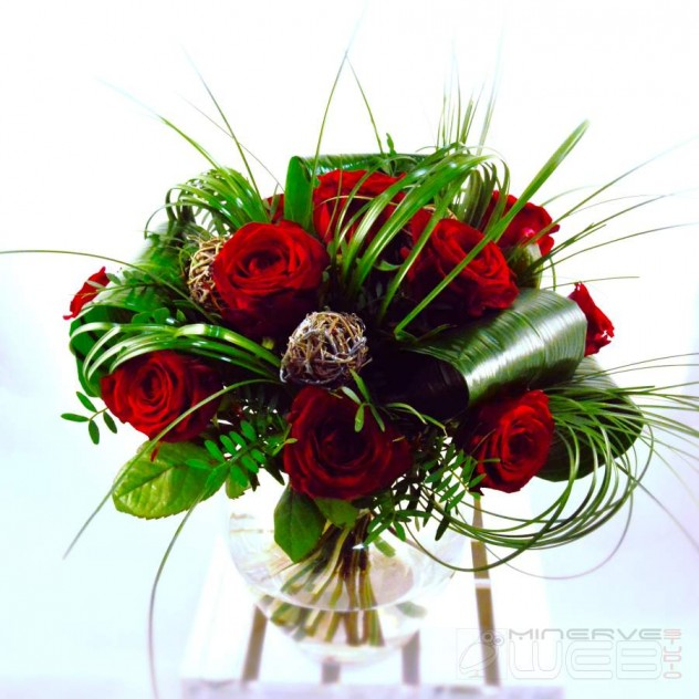 Bouquet rond - PASSION -roses-rouges-boucles-de-beargrass